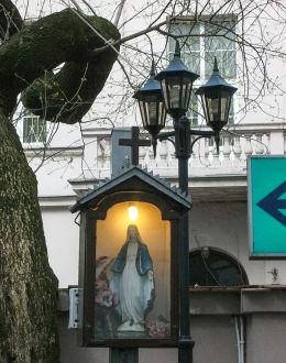 Kapliczka z czasów okupacji w podwórzu kamienicy przy ulicy Brackiej 18. Warszawa.