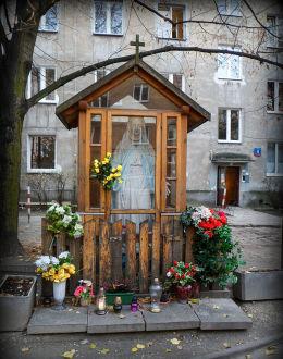 Kapliczka przy ulicy Barskiej 7/9. Warszawa.