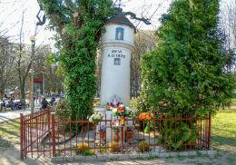 Przydrożna kapliczka na skwerze przy ulicy Bokserskiej z 1875 r. Warszawa.