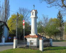 Przydrożna kapliczka, latarnia u zbiegu ulic Wyczółki i Łączyny z dwudziestolecia międzywojennego. Warszawa.