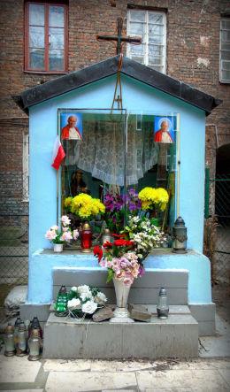 Kapliczka z czasów okupacji w podwórzu kamienicy przy ulicy Brzeskiej 13. Warszawa.