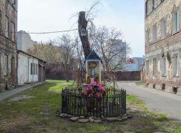 Kapliczka z czasów okupacji w podwórzu kamienicy przy Brzeskiej 21. Warszawa.