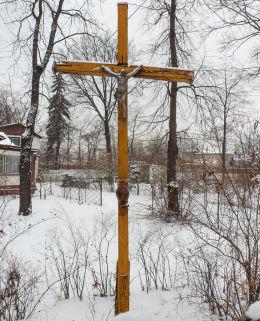 Drewniany krzyż przydrożny przy ulicy Bellony. Warszawa, Rembertów.