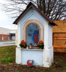 Przydrożna kapliczka z figurą Matki Boskiej przy ulicy Czarodzieja 26. Warszawa, Białołęka.