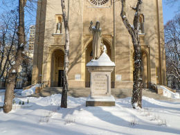 Figura Jezusa Chrystusa przy kościele św. Barbary. Warszawa, Śródmieście.
