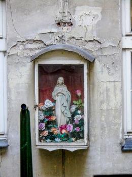 Kapliczka przy Marszałkowskiej 60. Warszawa, Śródmieście.