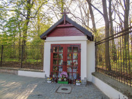 Przydrożna kapliczka przy ulicy Podchorążych w ogrodzeniu Łazienek. Warszawa, Śródmieście.