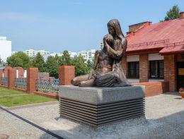Pieta przy kościele św. Tomasza Apostoła. Warszawa, Ursynów.