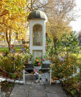 Przydrożna kapliczka Matki Bożej przy ulicy Piotra Wysockiego. Warszawa, Targówek.