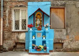 Kapliczka w podwórzu kamienicy przy ulicy Ząbkowskiej 12. Warszawa, Praga Północ.