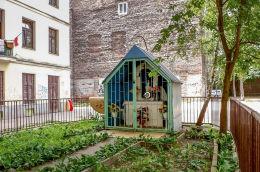 Kapliczka domkowa w podwórzu kamienicy przy ulicy Ząbkowskiej 7 Warszawa, Praga Północ.