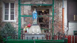 Kapliczka Matki Boskiej w podwórzu kamienicy przy ulicy Ząbkowskiej 3 Warszawa, Praga Północ.