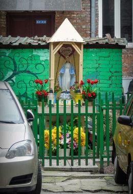 Kapliczka w podwórzu kamienicy przy ulicy Targowej 62. Warszawa, Praga Północ.