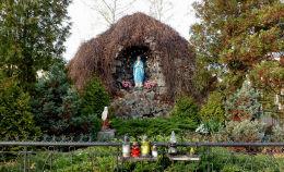 Grota Matki Boskiej z Lourdes przed kościołem św. Feliksa. Warszawa, Wawer.