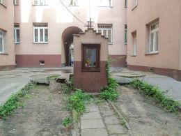 Kapliczka w podwórzu kamienicy przy ulicy Nieporęckiej 8. Warszawa, Praga Północ.