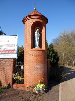 Kapliczka przydrożna przy kościele Zesłania Ducha Świętego przy ulicy  Broniewskiego 44. Wybudowana w 2000 roku. Warszawa, Bielany, Warszawa.