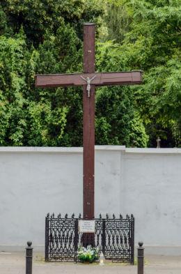 Przydrożny krzyż z 1986 roku. Warszawa, Wola, Warszawa.