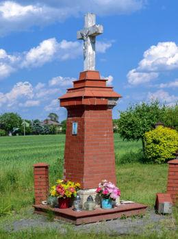 Krzyż przydrożny, murowany. Kaputy, gmina Ożarów Mazowiecki, powiat warszawski zachodni.