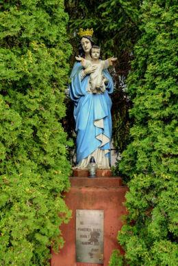 Przydrożna kapliczka z figurą św. Maryi. Laski, gmina Izabelin, powiat warszawski zachodni.