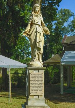 Figurka Matki Boskiej z 1902 r. przy kościele św. Rocha. Lipków, gmina Stare Babice, powiat warszawski zachodni.