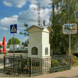 Przydrożna kapliczka z 1911 roku. Paschalin, gmina Stare Babice, powiat warszawski zachodni.