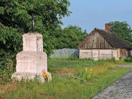 Krzyż przydrożny metalowy na murowanym postumencie. Wiejca, gmina Kampinos, powiat warszawski zachodni.