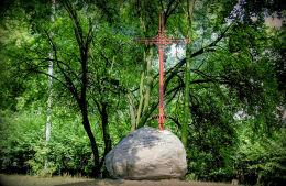 Przydrożny krzyż wieńczący dawniej wieżę kościoła zniszczoną przez Niemców w 1944 r. Marki, powiat wołomiński.