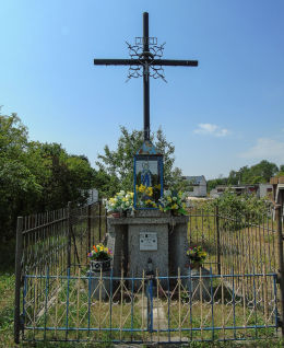 Przydrożny krzyż z kapliczką przy ulicy Bandurskiego. Marki, powiat wołomiński.