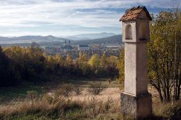 Kapliczka przydrożna, latarnia stojąca przy polnej drodze. Krzeszów, gmina Kamienna Góra, powiat kamiennogorski.
