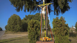 Krzyż przydrożny z 2000 r. Wzniesiony na miejscu krzyża z 1966 roku zniszczonego przez władze komunistyczne. Rększowice, gmina Konopiska, powiat częstochowski.
