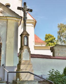 Krzyż kamienny z kapliczką, stojący obok bramy wejściowej do kościoła św. Apostołów. Pawłowiczki, pow. kędzierzyńsko-kozielski.