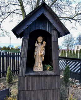 Przykościelna kapliczka z rzeźbą św. Jacka. Wierzbica Górna, gmina Wołczyn, powiat kluczborski.