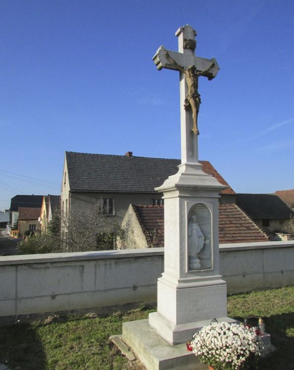 Przydrożny krzyż kamienny. Kórnica, Gmina Krapkowice, powiat krapkowicki.
