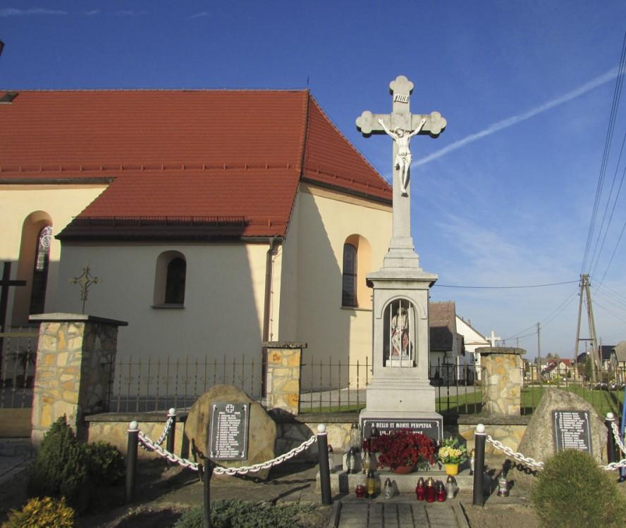 Przydrożny krzyż kamienny. Pisarzowice, gmina Strzeleczki, powiat krapkowicki.