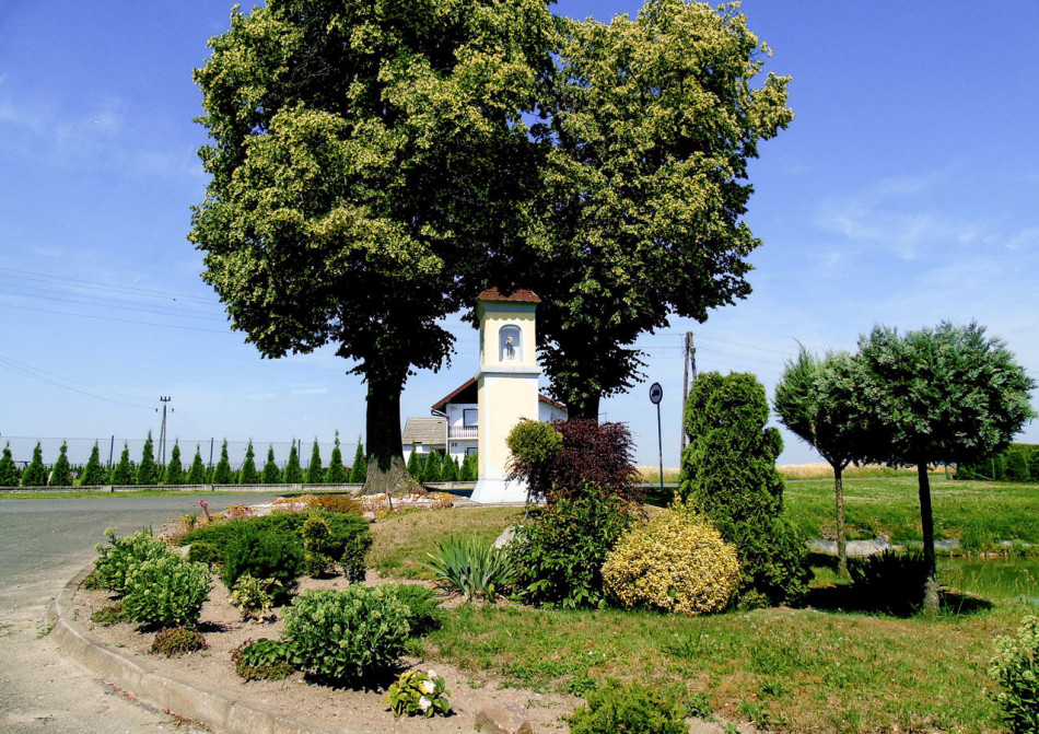 Kapliczka przy ulicy Opolskiej. Pisarzowice, gmina Strzeleczki, powiat krapkowicki.