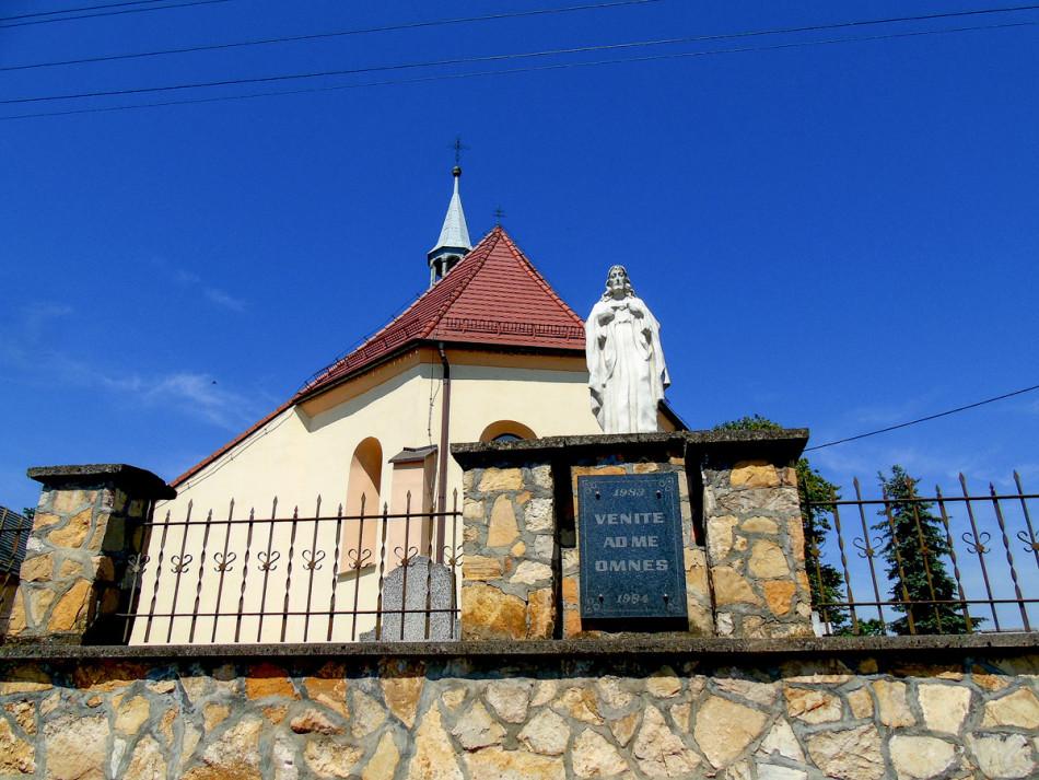 Figura Chrystusa na murze otaczającym kościół św. Michała Archanioła. Pisarzowice, gmina Strzeleczki, powiat krapkowicki.