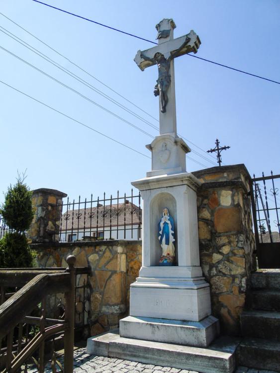 Krzyż z kapliczką przy kościele św. Michała Archanioła. Pisarzowice, gmina Strzeleczki, powiat krapkowicki.