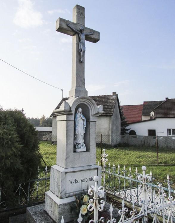 Przydrożny krzyż kamienny. Gogoli, powiat krapkowicki.