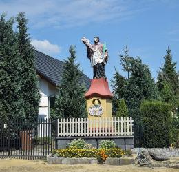 Figura św. Jana Nepomucena przy ul. Wolności . Januszkowice, gmina Zdzieszowice, powiat krapkowicki.