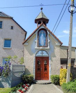 Kapliczka przydrożna domkowa przy ulicy Wiejskiej 22. Łowkowice, gmina Strzeleczki, powiat krapkowicki.