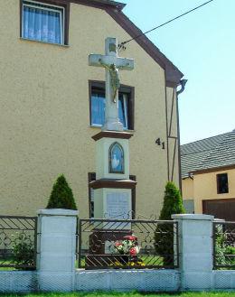 Krzyż z kapliczką przy ulicy Wiejskiej. Łowkowice, gmina Strzeleczki, powiat krapkowicki.