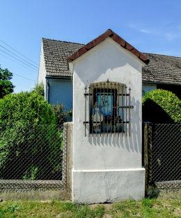 Kapliczka u zbiegu ulic Krapkowickiej i Wiatrakowej. Łowkowice, gmina Strzeleczki, powiat krapkowicki.