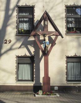 Przydrożny krzyż drewniany. Gogolin, powiat krapkowicki.