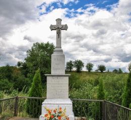 Krzyż przydrożny, upamiętniający przyjazd Jana Pawła II do Polski w 1978 r. Kazimierz, gmina Głogówek, powiat prudnicki.
