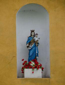 Kapliczka na ścianie budynku. Łąka, gmina Otmuchów, powiat nyski.