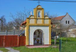 Kapliczka przydrożna domkowa murowana. Makowice, gmina Skoroszyce, powiat nyski.