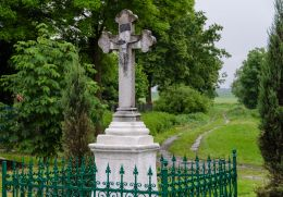 Przydrożny krzyż kamienny. Piotrowice Nyskie, gmina Otmuchów, powiat nyski.