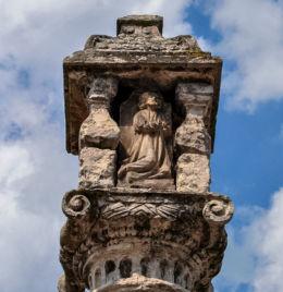 Fragment kapliczki dziękczynnej, umieszczonej na szczycie kolumny morowej. Olesno, powiat oleski.
