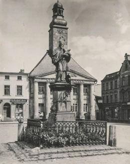 Figura św. Jana Nepomucena, lata 1920-1930. Olesno, powiat oleski.