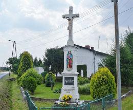 Krzyż przydrożny, kamienny u zbiegu ulic Opolskiej i Dworcowej. Żędowice, gmina Zawadzkie, powiat strzelecki.